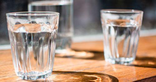 Beber-corectamente-agua-aydua-a-reducir-gases---vasos-de-agua