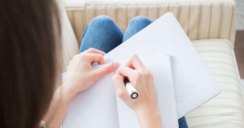 mujer-escribiendo-a-mano