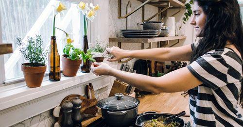 chica-cocinando-pasta
