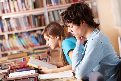 estudiante biblioteca concentracion