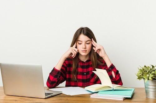 estudiante memorizando concentrada