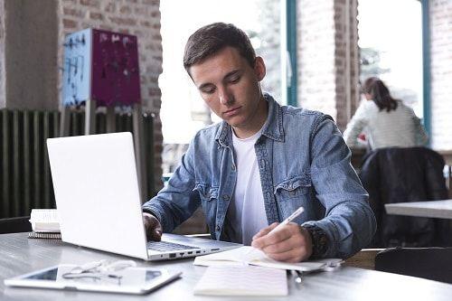 estudiante escribiendo concentrado
