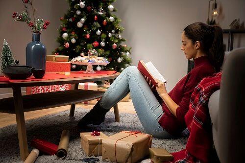 chica leyendo en navidad